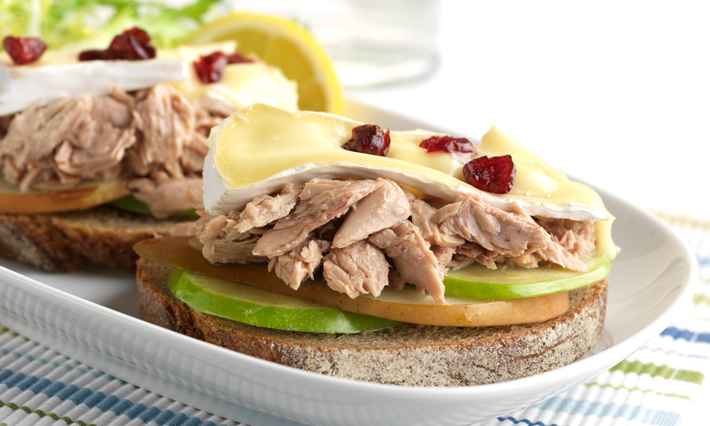 Sandwich fondant au thon, poires, pommes et brie