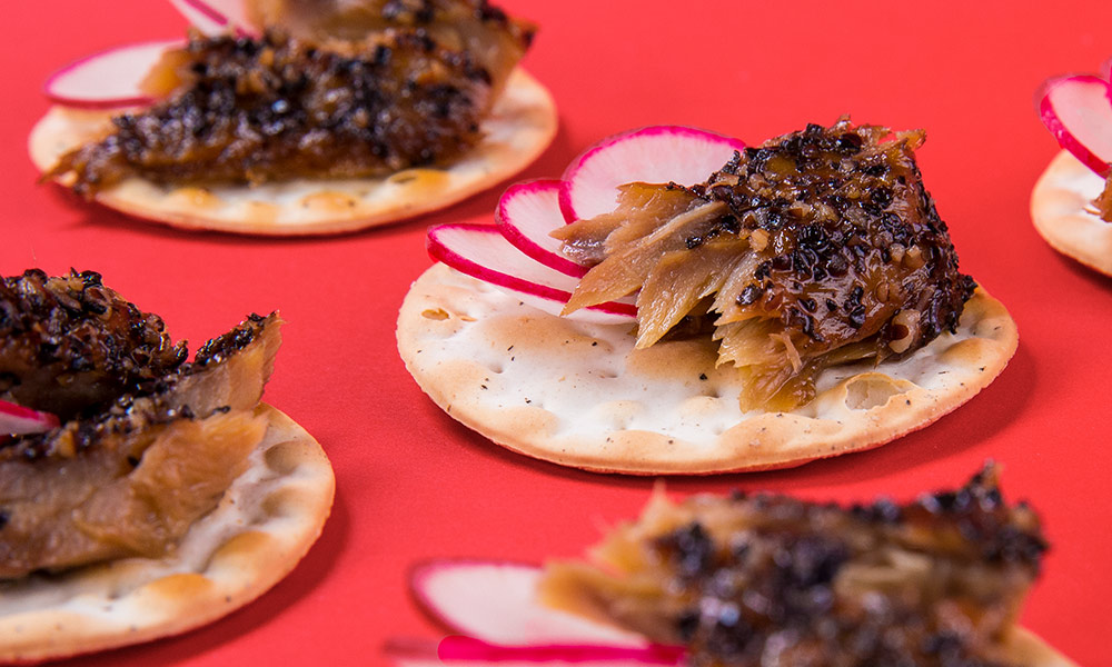 Smoked-Mackerel-Peppered-on-Crackers-2