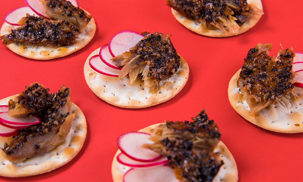 Smoked-Mackerel-Peppered-on-Crackers-3